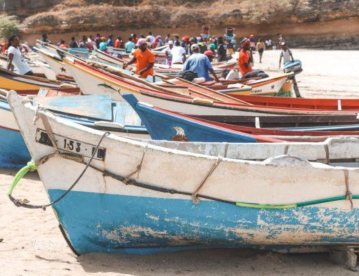 Gekleurde vissersboten op strand Kaapverdië