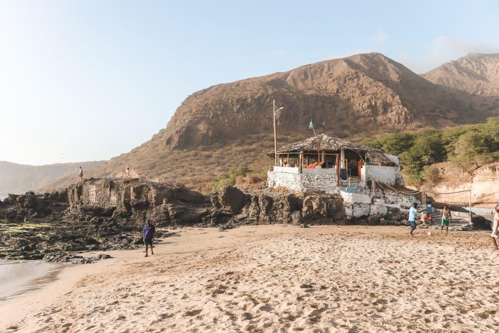 Strandbar Fishers Rondell op zandstrand in Tarrafal