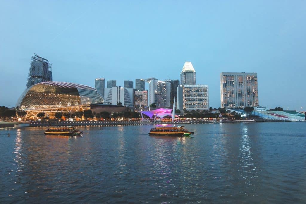 Authentieke houten boot op rivier van Singapore