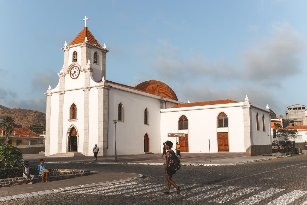 Witte Santa Amaro Abdade-kerk in Tarrafal