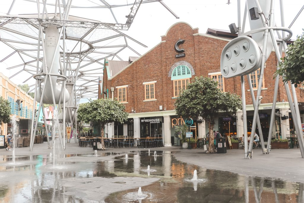 Open plein met fonteinen aan Clarke Quay