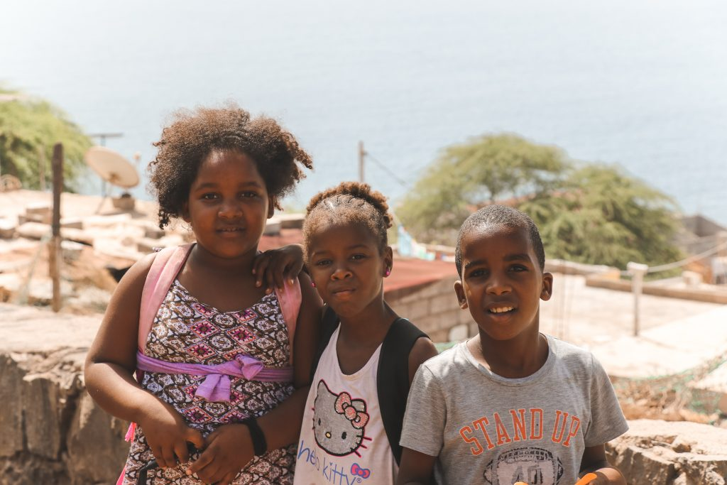 Drie lachende kinderen in Kaapverdië