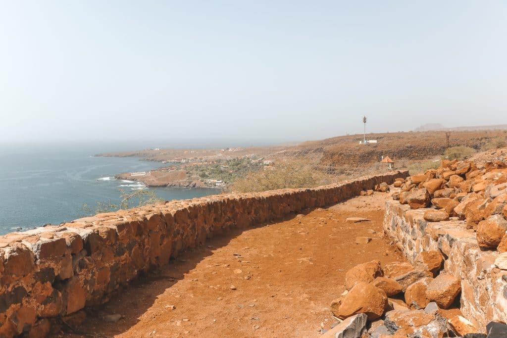 Stoffig zandpad naar het fort van São Felipe in Cidade Velha