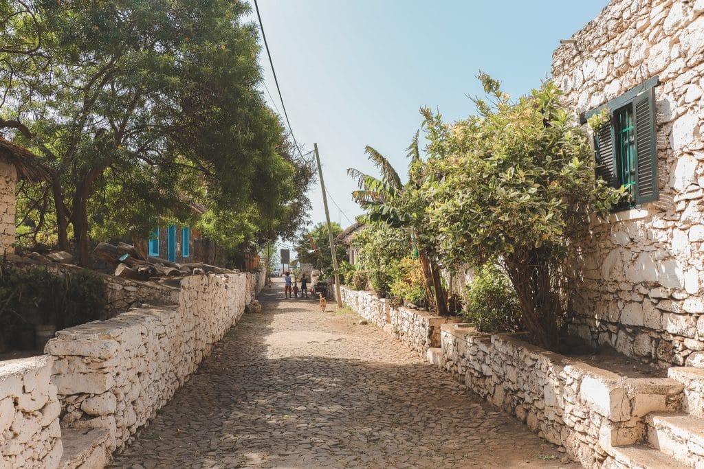 Rua Banana: een straat met keien en bananenplanten