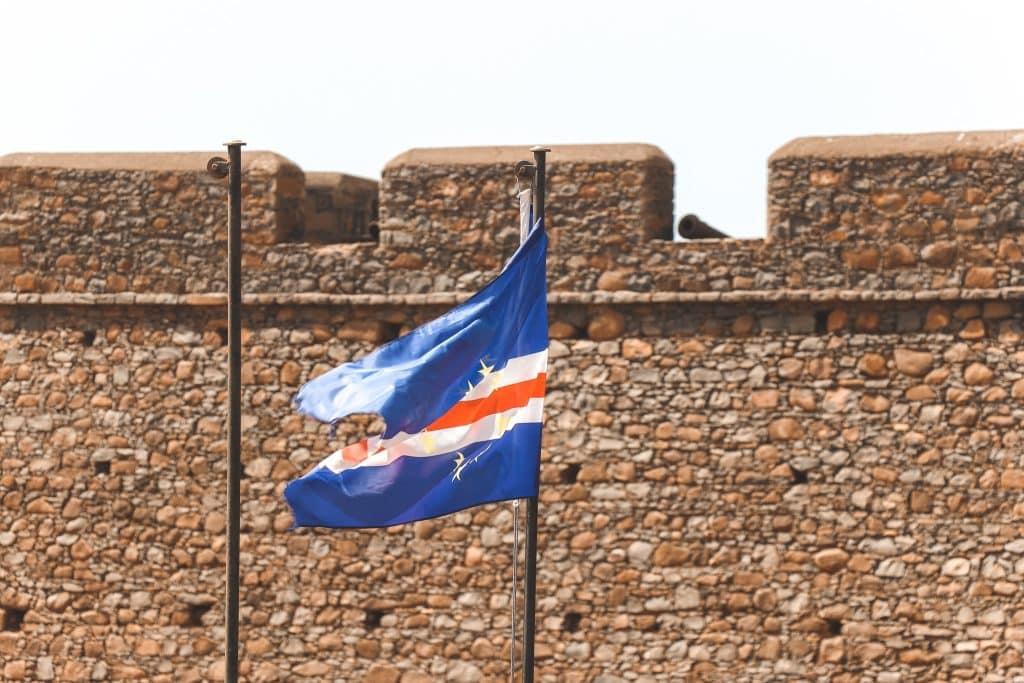 De blauw-wit-rode vlag van Kaapverdië voor stenen fort