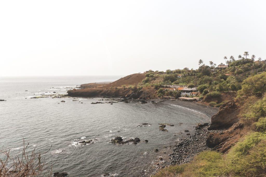 Uitzicht over de zee en een zwart strand bij Cidade Velha