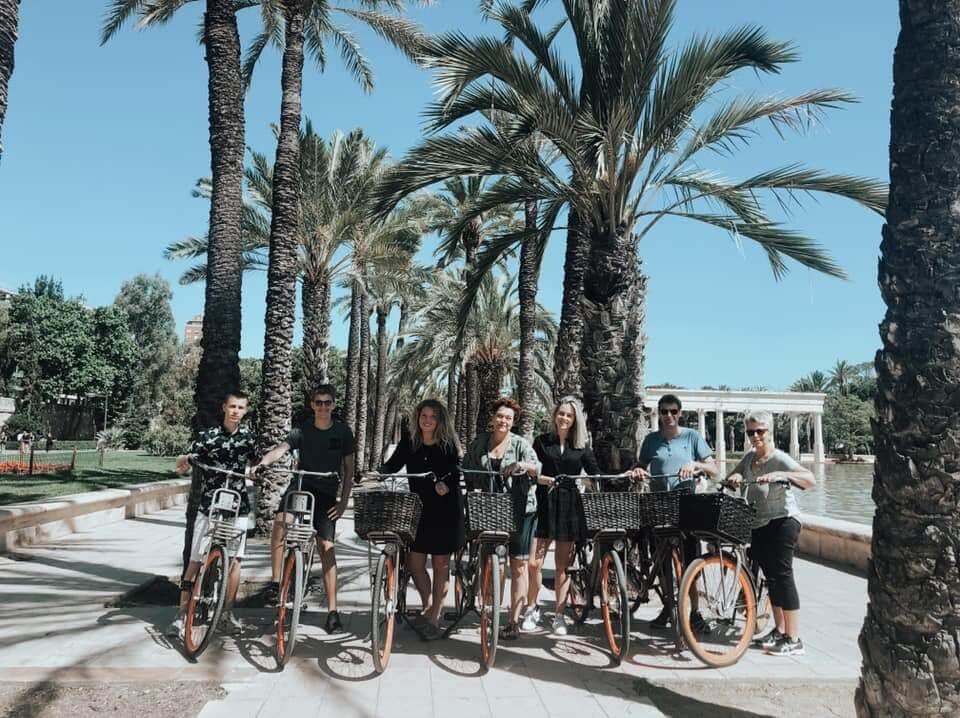 Fietsers in Valencia die fietsen met LokaalValencia