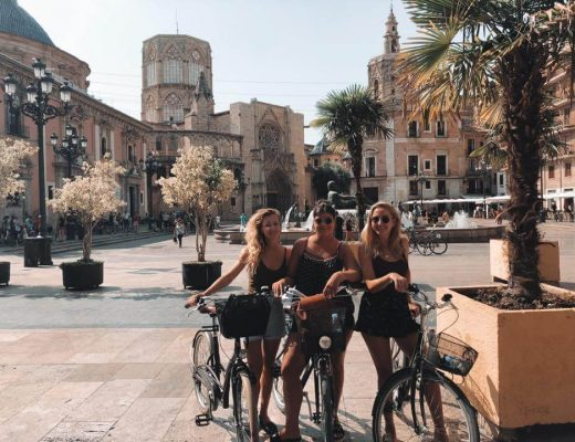 Drie fietsers in Valencia