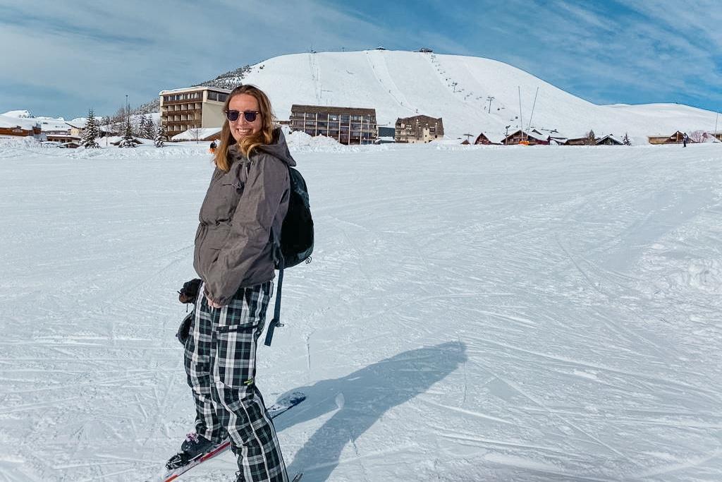 Vrouw op ski's met berg op achtergrond