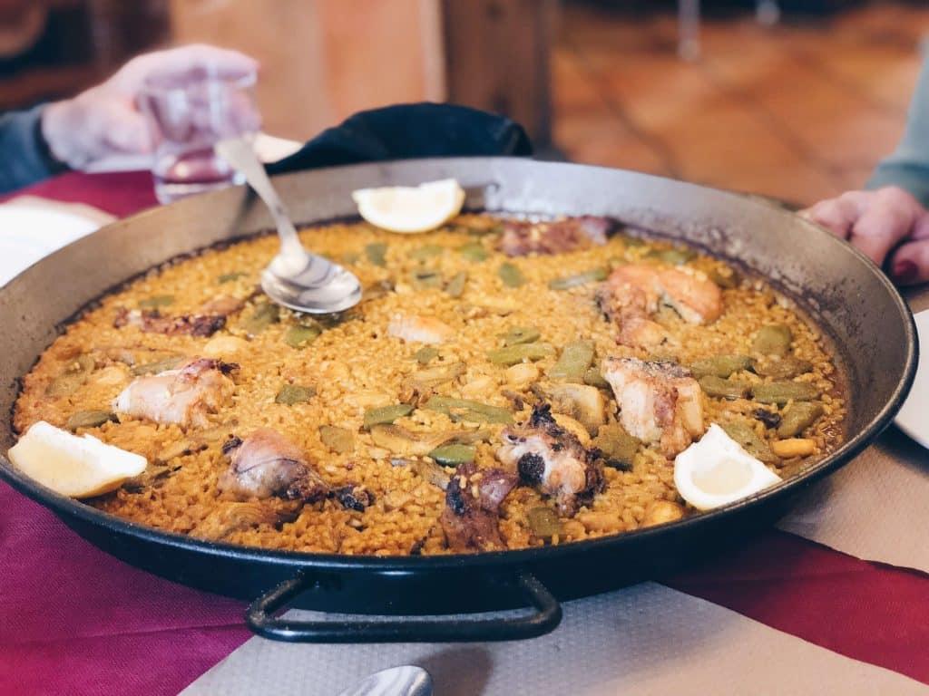 Pan met gele paella