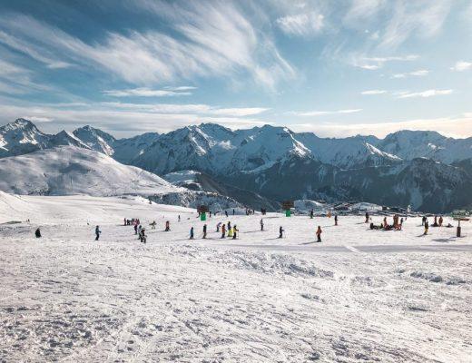 Skiën in de lente: uitzicht over bergen