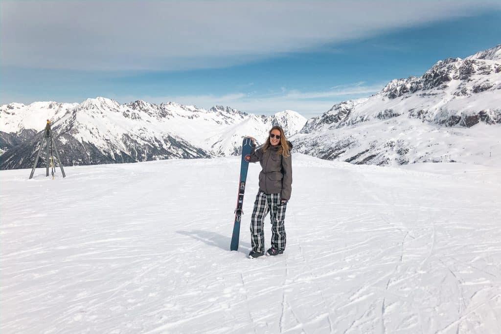 Skiër op de piste om te skiën in de lente