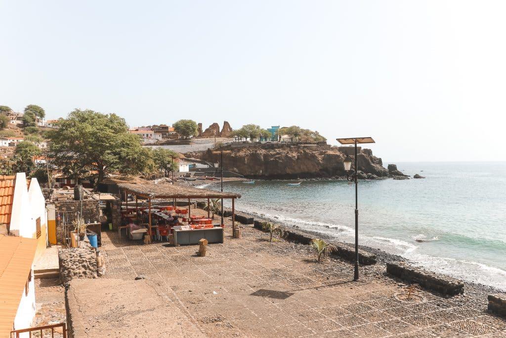 Uitzicht over strand en stenen gebouwen Cidade Velha