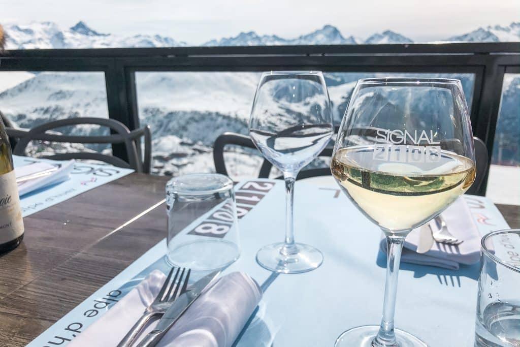 Witte wijn in glas met bergen op achtergrond