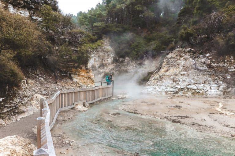 Helder water met stoom erboven in Wai-O-Tapu Thermal Wonderland