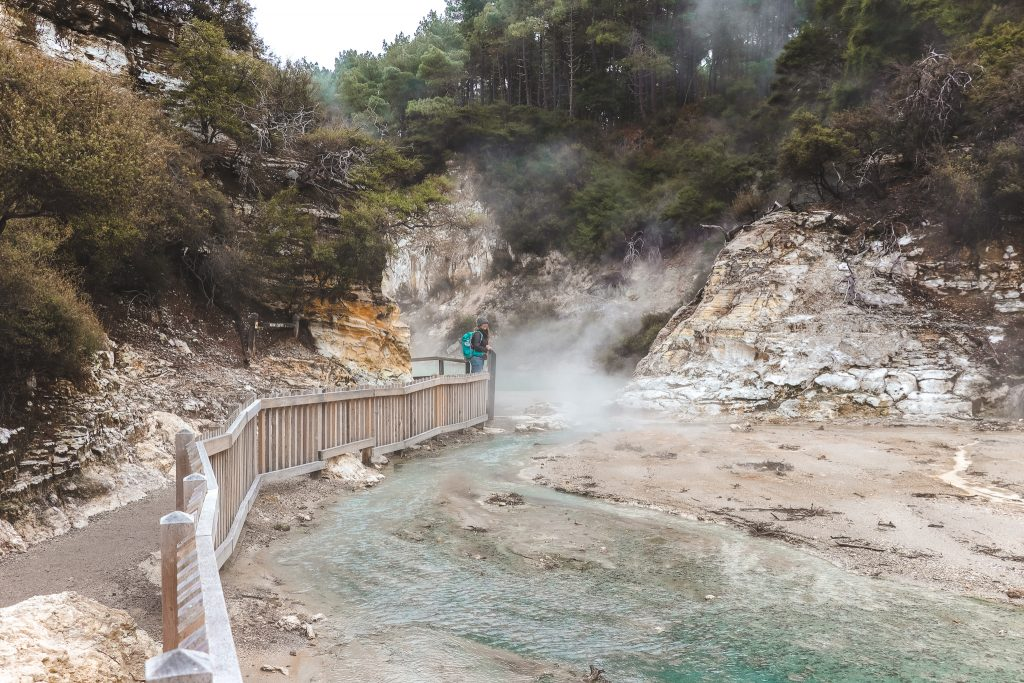 Helder water met stoom erboven in Wai-O-Tapu Thermal Wonderland