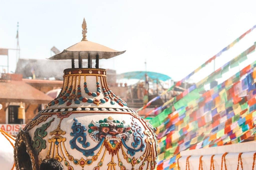 Witte vaas waar rook uit komt in Kathmandu