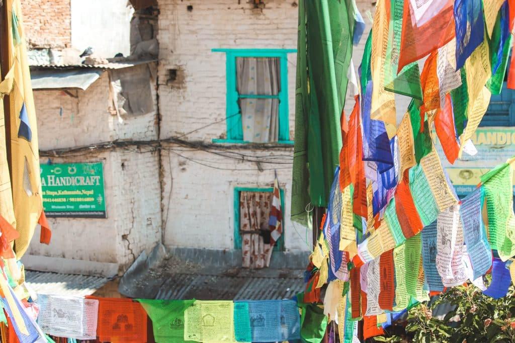 Gekleurde kozijnen en vlaggen in Nepal