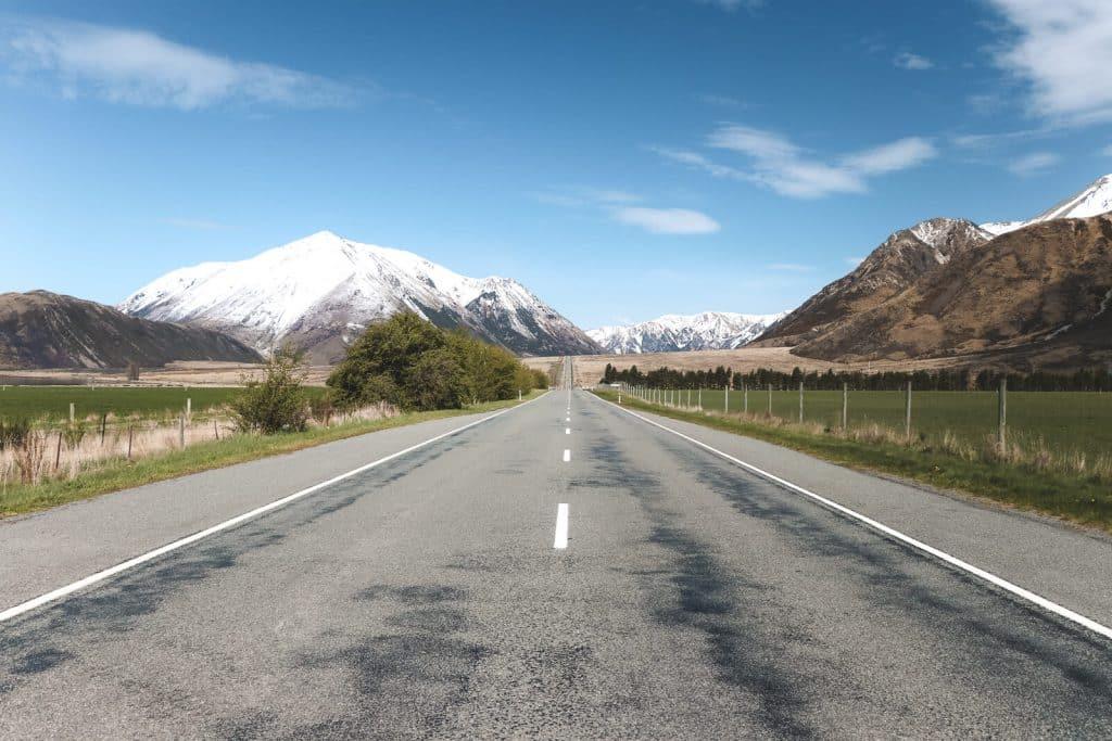 Weg in Nieuw-Zeeland met bergen eromheen