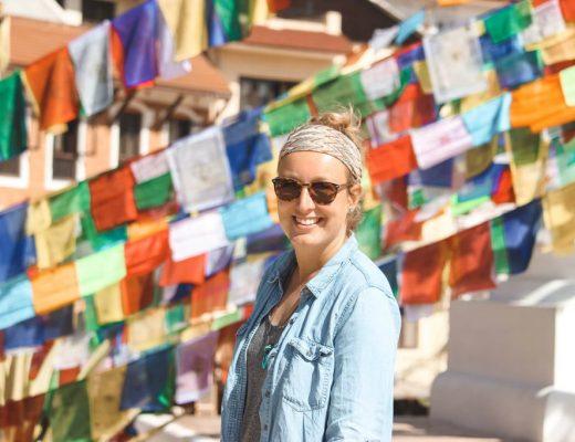 Vrouw met gebedsvlaggen op achtergrond Nepal