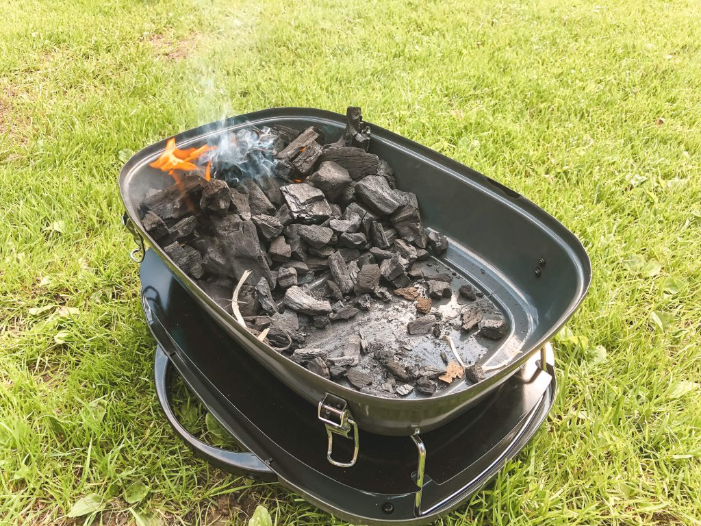 Kleine barbecue met brandende kolen