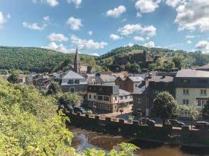 Het historische dorp La Roche-en-Ardenne omringd door bossen