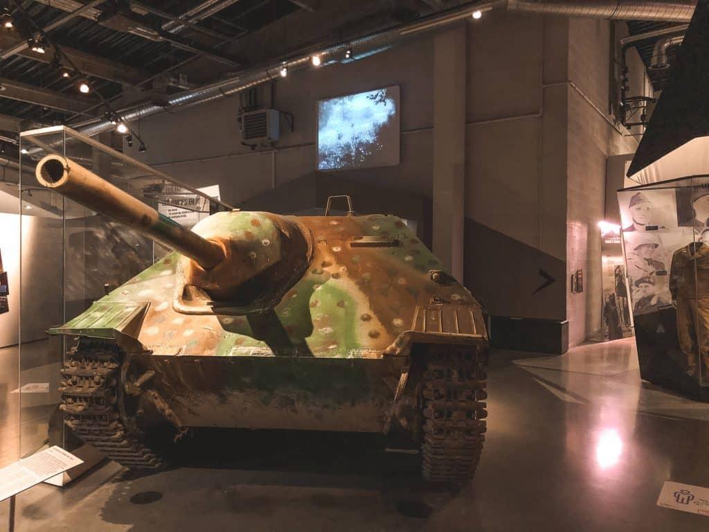 Groene tank in War Museum Bastogne